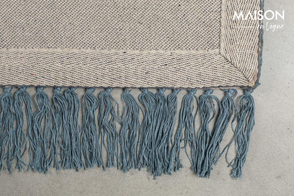Esta alfombra tiene extremos altamente diseñados con un borde ancho y distintivo bordeado con