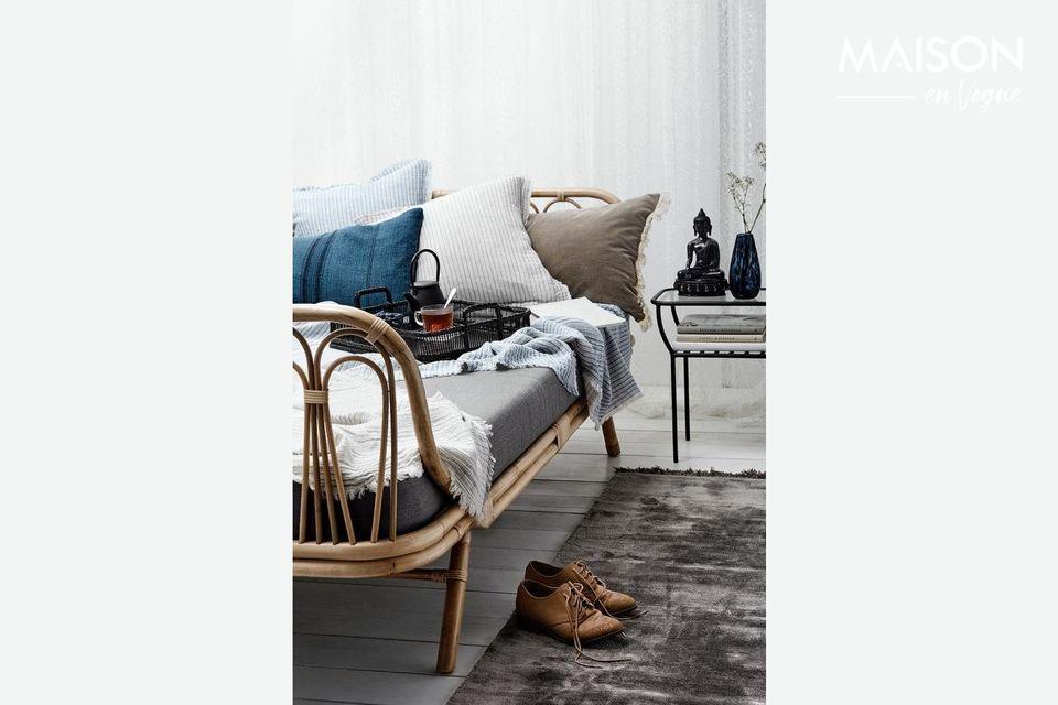 Esta hermosa alfombra de viscosa con mechones es tan suave y sedosa que a tus pies les encantará Su
