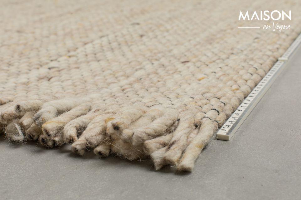 Hecho de 100% lana, esta alfombra tiene una textura suave y cómoda para tus pies