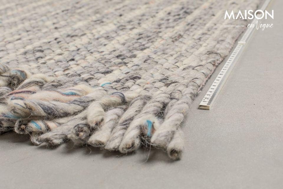 Una alfombra que combina el diseño artesanal y el aspecto auténtico