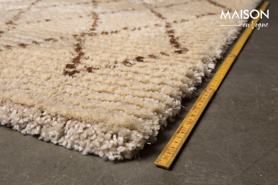 Apreciará sus patrones de diamantes marrón oscuro que contrastan con el color beige de la alfombra