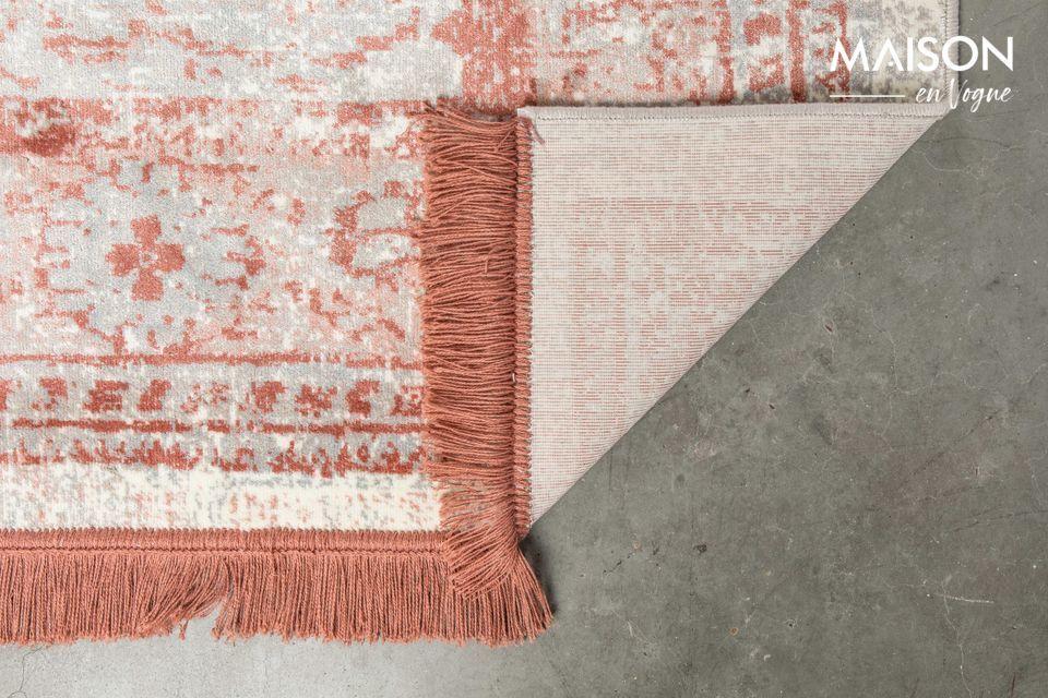 Es una alfombra con una estética clásica, pero de fabricación moderna
