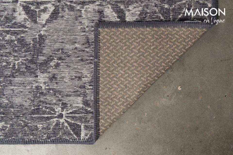 Para máxima seguridad, la parte trasera de la alfombra está cubierta con una capa antideslizante
