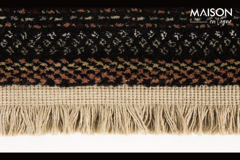Con sus flecos y colorido patrón inspirado en el tejido a mano nepalés