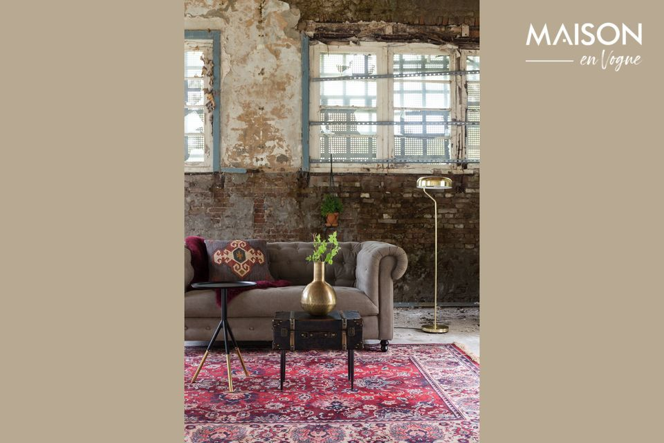 Una bonita y vieja alfombra roja persa
