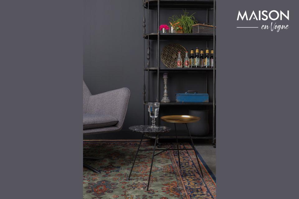 Una alfombra tejida muy bonita con diseños, dominante de gris y naranja claro