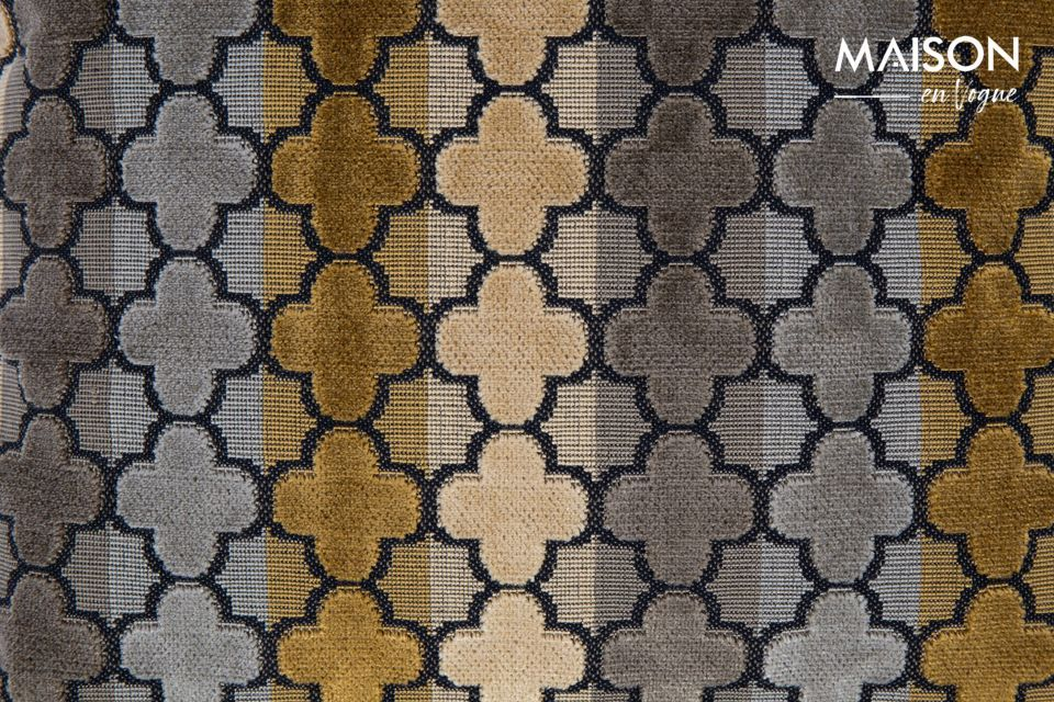Está cubierto con una tela de tacto suave y patrones geométricos repetidos