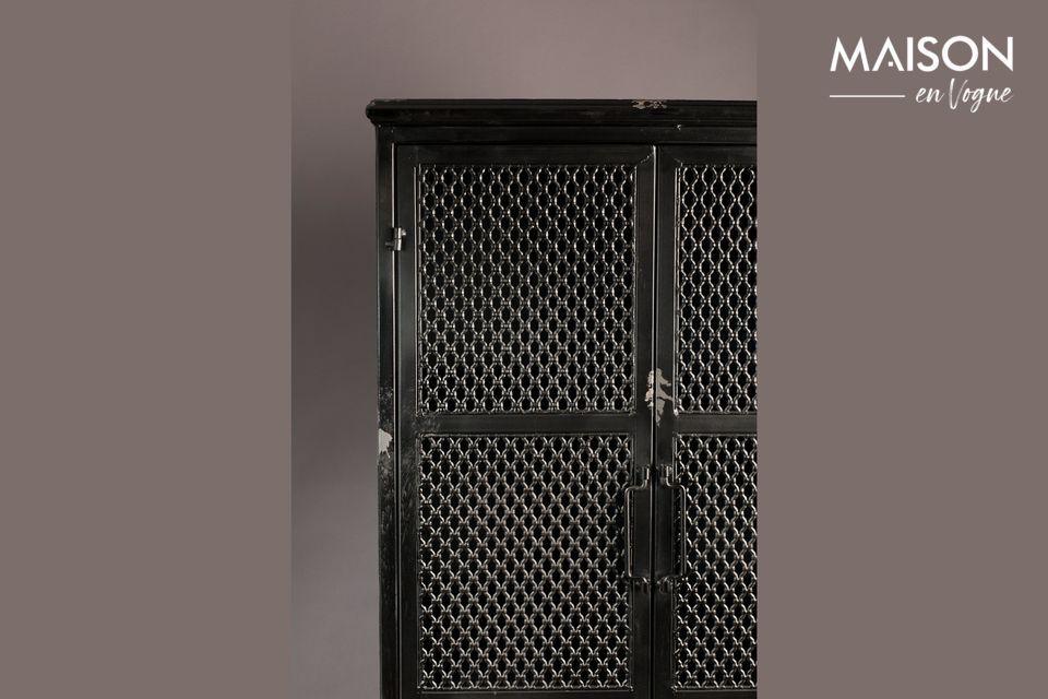 Está equipado con 2 puertas de malla que permiten ver los objetos almacenados en los 3 estantes