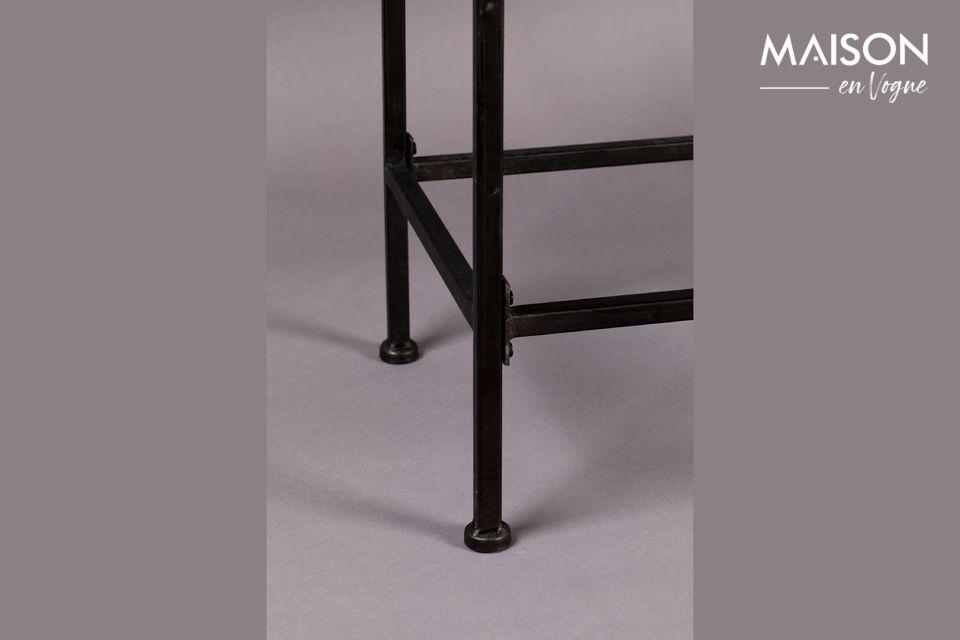 Este elegante armario de porcelana tiene unas dimensiones de 43 cm por 83 cm y una altura de 181 cm