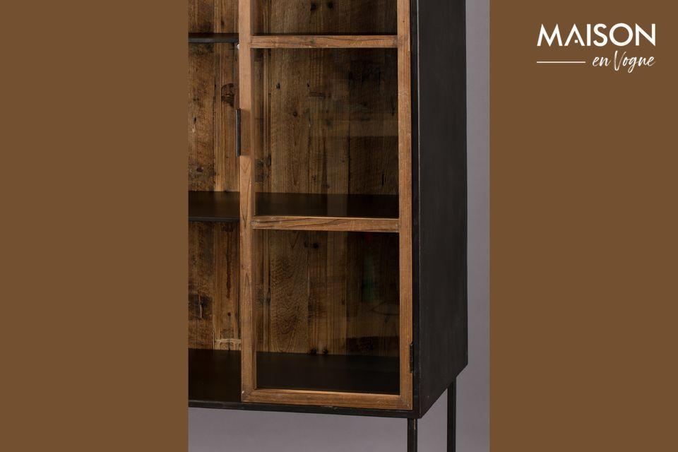 El marco está hecho de madera reciclada lacada en color natural para dar al gabinete un aspecto
