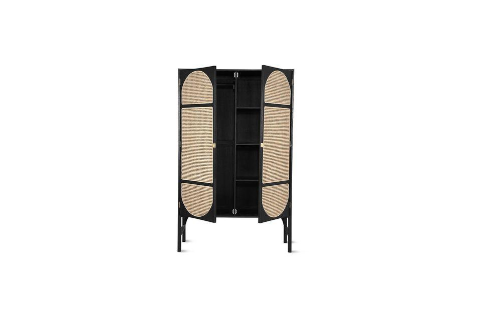 Hecho de madera de sunkai, este armario es muy resistente