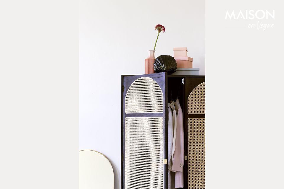 Un armario de ropa decorativo y práctico