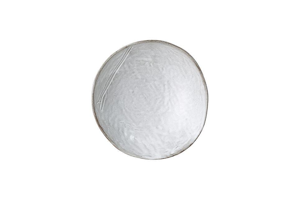 Este cuenco de gres gris se destaca de lo ordinario con su borde asimétrico