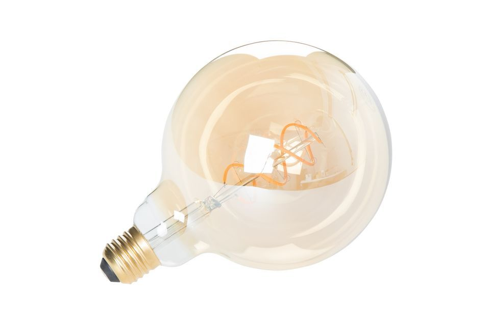 Con sus filamentos visibles, la bombilla Globe gold XL es un verdadero elemento decorativo