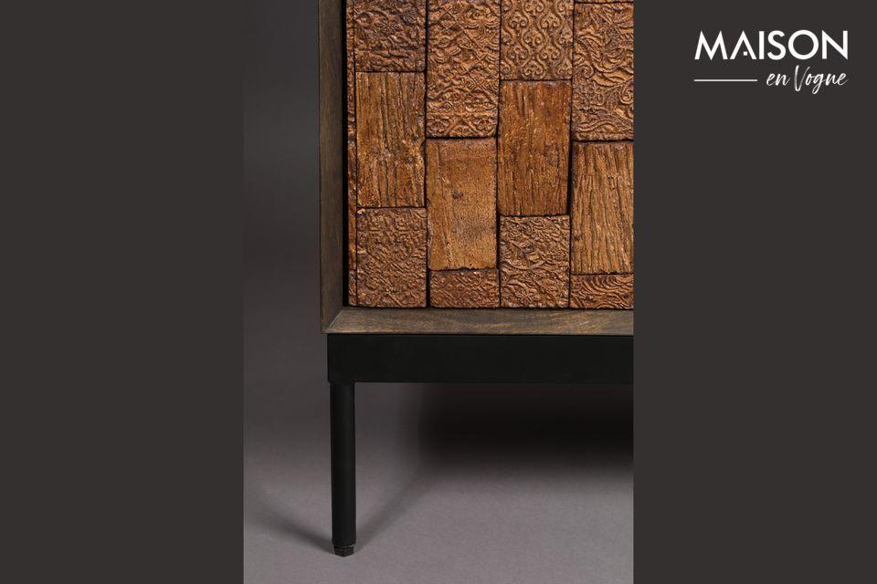 Los muebles están hechos de madera de mango, lo que le da un aspecto muy natural