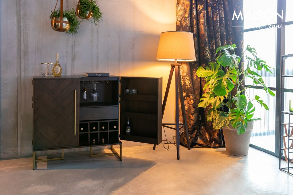 Decorado con una refinada chapa de acacia, un bien pensado mueble para almacenar cosechas excepcionales