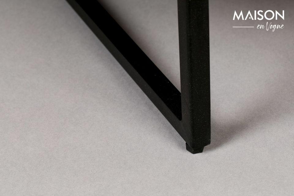 Dos pequeñas manijas redondas de latón permiten abrir las puertas
