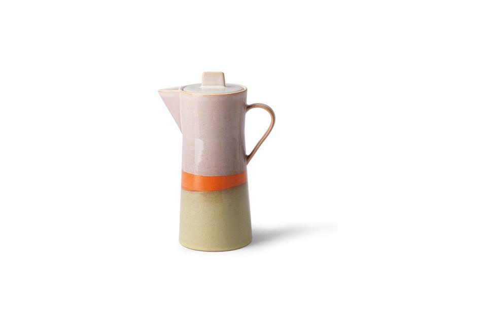 Única por su acabado artesanal, esta cafetera de cerámica está inspirada en los años 70