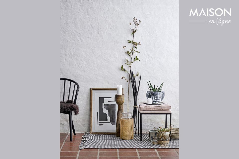 Este candelabro de madera de mango será un bonito toque decorativo para su casa