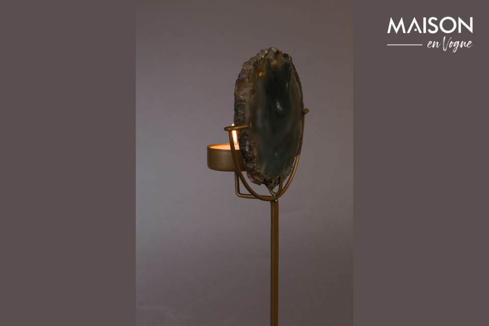Una base de hierro lacado de latón sostiene este objeto práctico y natural