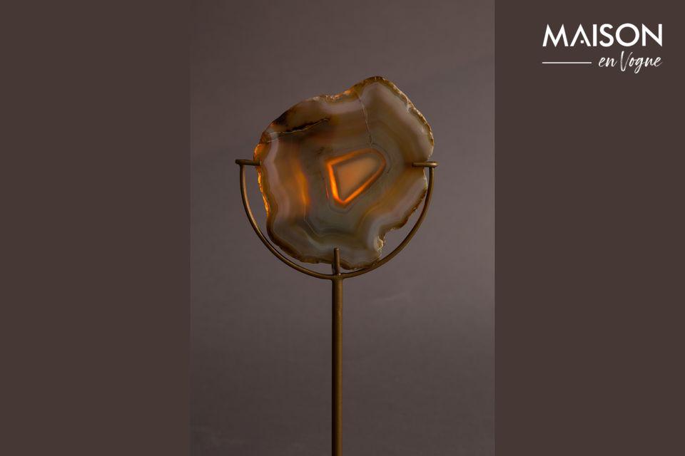 Se presenta aquí con una piedra de ágata amarilla sobre una fina base de hierro color latón