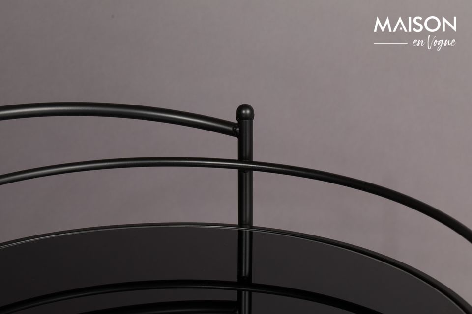 Este original carro circular está hecho de una estructura de hierro negro combinada con estantes