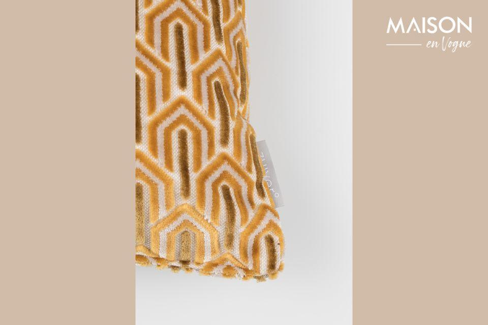 Su rico y suave tejido tiene patrones geométricos abstractos que se repiten por toda la sala en un