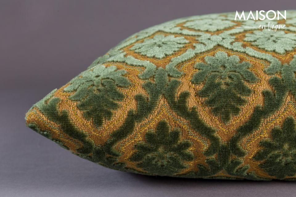La alineación de estos detalles y el lujoso toque del cojín Glory afirman su estilo tradicional y