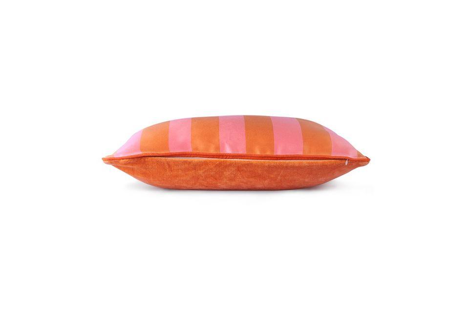 El cojín Hermies de raso / terciopelo naranja / rosa juega con los contrastes con una espalda de
