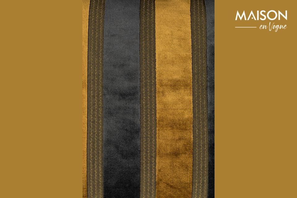 El cojín Scott tiene amplias franjas verticales, alternando el amarillo dorado y el gris oscuro