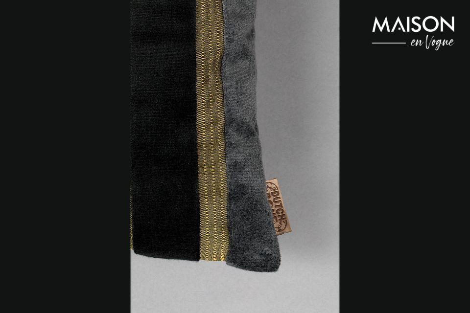 Su gruesa tela de terciopelo está decorada con rayas en negro, gris y oro para un diseño chic