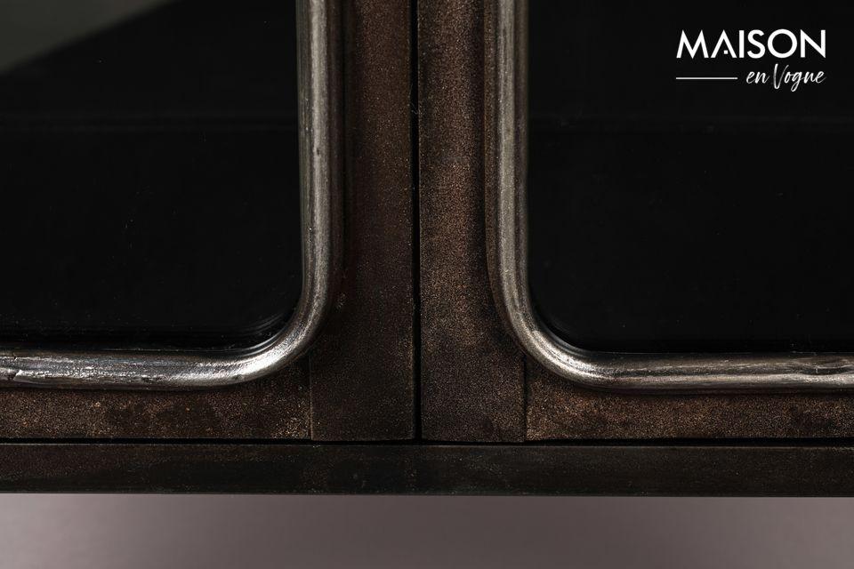 El tratamiento dado al metal le da a este aparador un tono marrón que recuerda a ciertas maderas