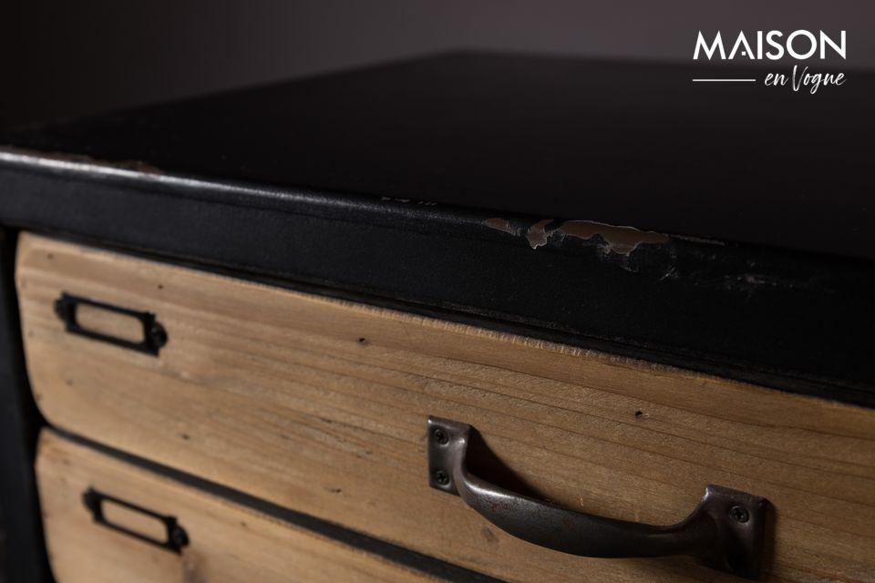 La estructura es de MDF, el frente de los 5 cajones de pino, las patas de acero lacado negro