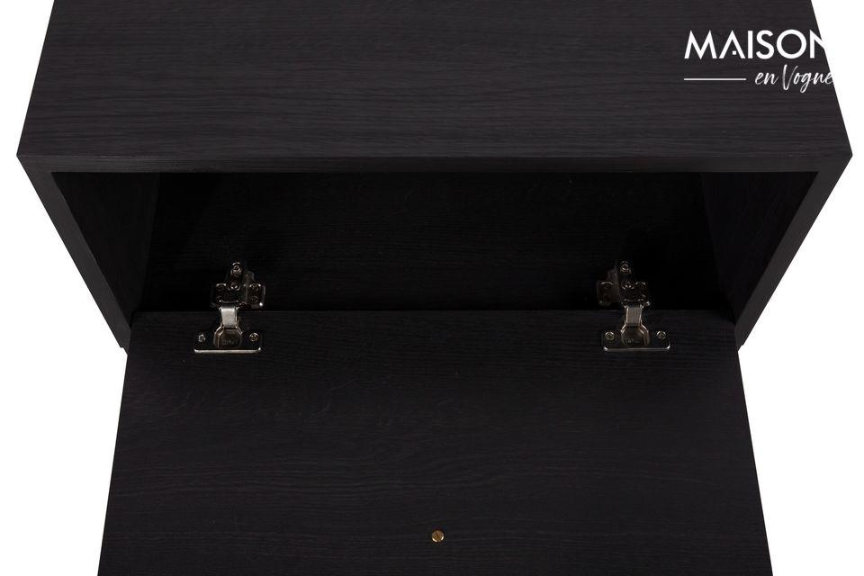 Su hoja se abre con un refinado tirador de cuero en un escritorio retráctil
