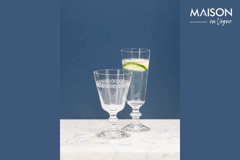 Esta copa de vino grabada con un patrón de laurel permite ir más allá de las clásicas copas