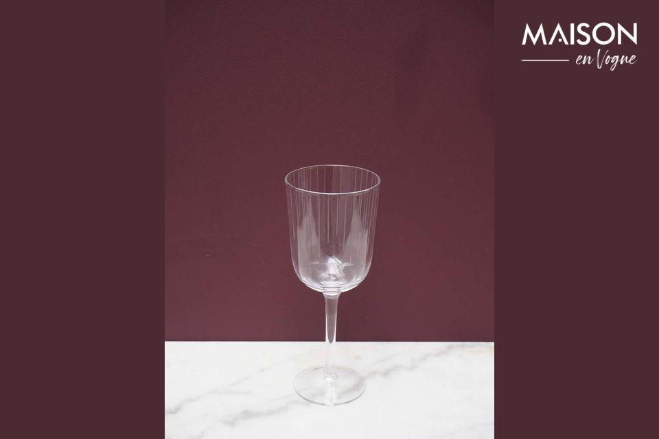 Una copa de vino sobrio con un acabado mate