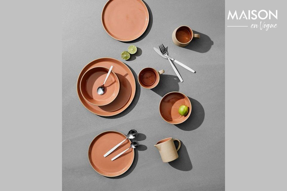 Cubiertos elegantes para una mesa refinada