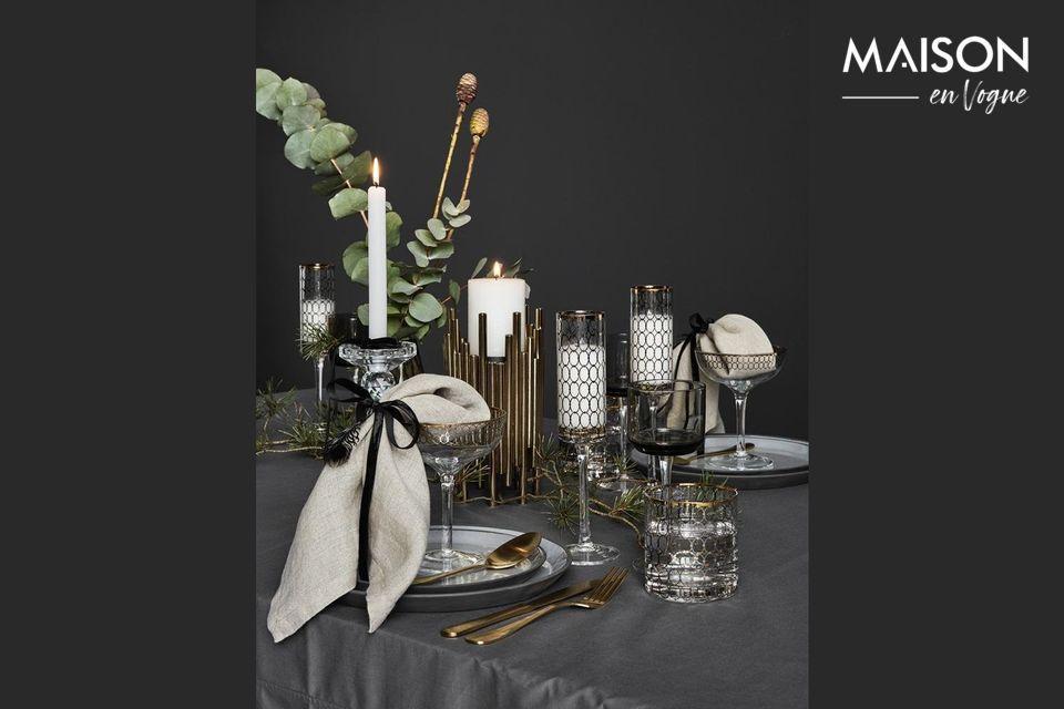 Un juego de cubiertos dorados para una mesa elegante