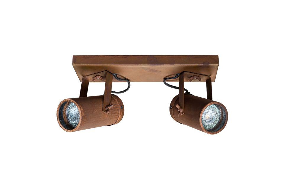 Con un soporte de acero de aspecto oxidado