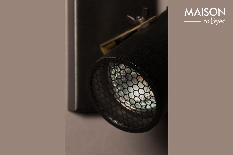 Cada difusor está cerrado por una placa de vidrio y una rejilla con patrón octogonal