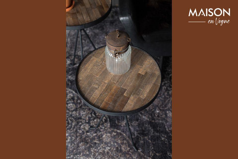 Estas dos encantadoras mesitas de café combinan madera y metal