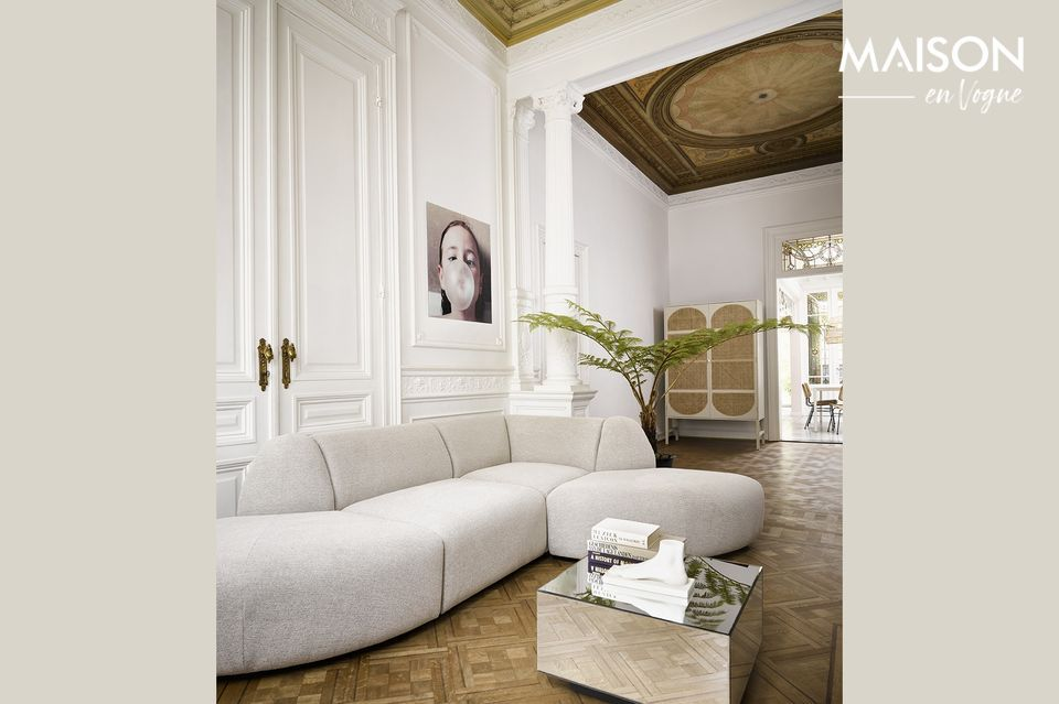 El sofá de la esquina es gris claro