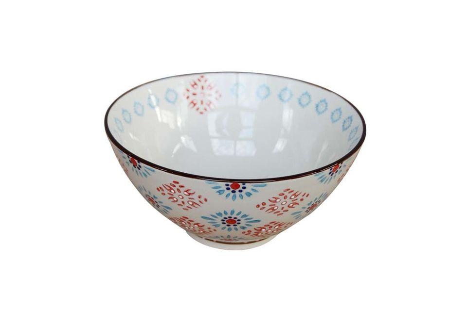 Hecho de cerámica, mide 19 centímetros de diámetro y puede utilizarse para muchos preparados