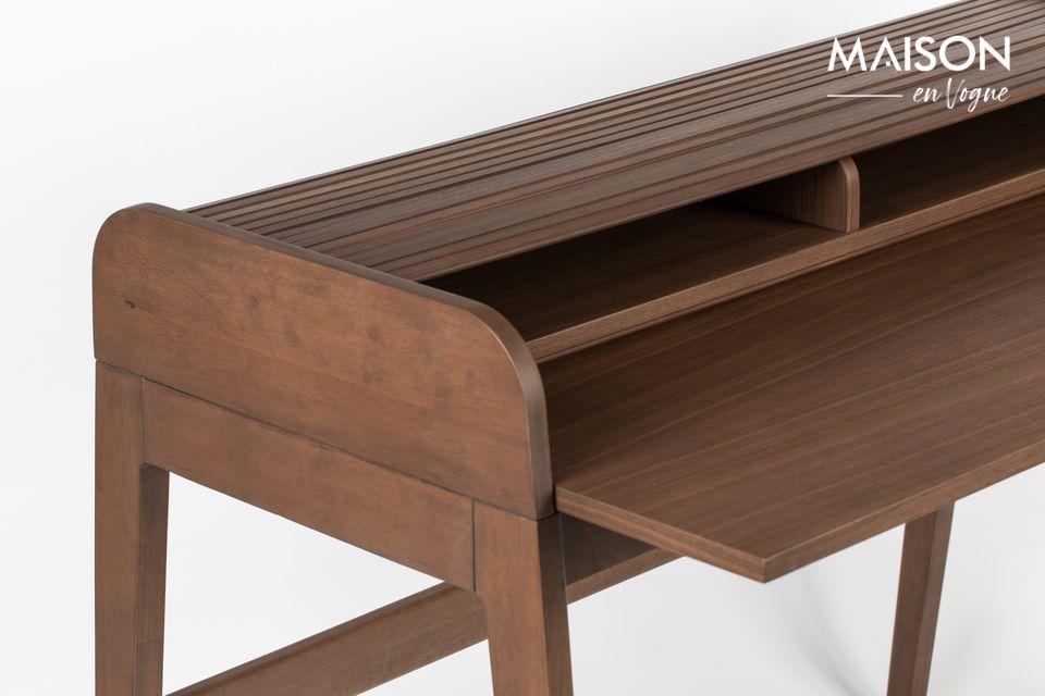 Un ordenador portátil puede ser colocado en él para trabajar en una elegante y noble mesa de
