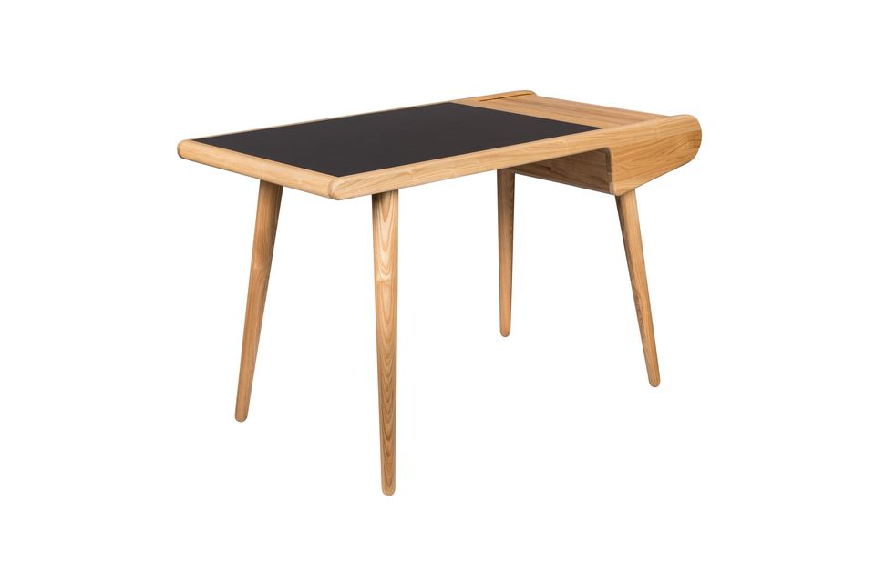 Tiene una abertura corrediza hecha de finas tablillas de madera