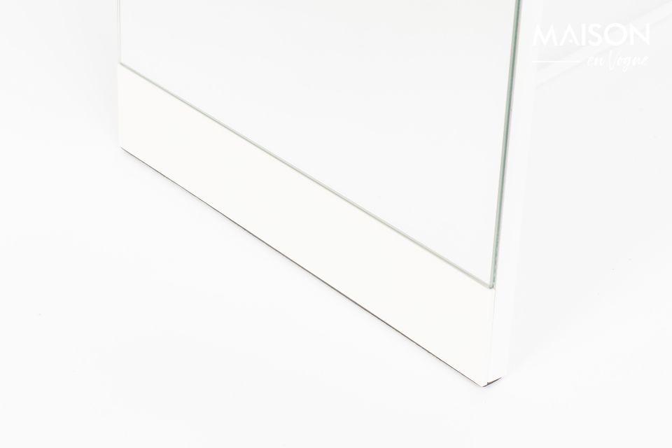Un espejo de pie con una sólida estructura de acero