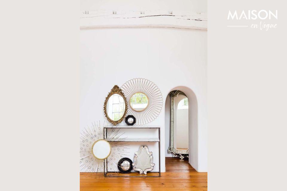 Un pequeño espejo decorativo de estilo antiguo