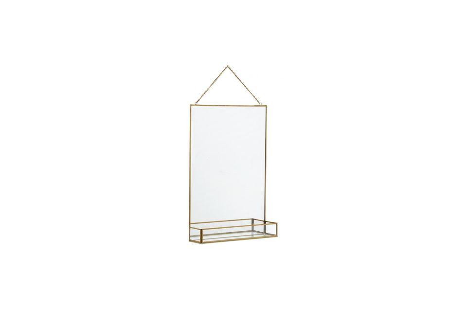 Un espejo y su estante resaltado por un acabado dorado