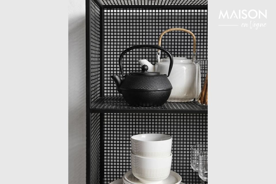 Una robusta estantería de malla metálica con 3 niveles de almacenamiento