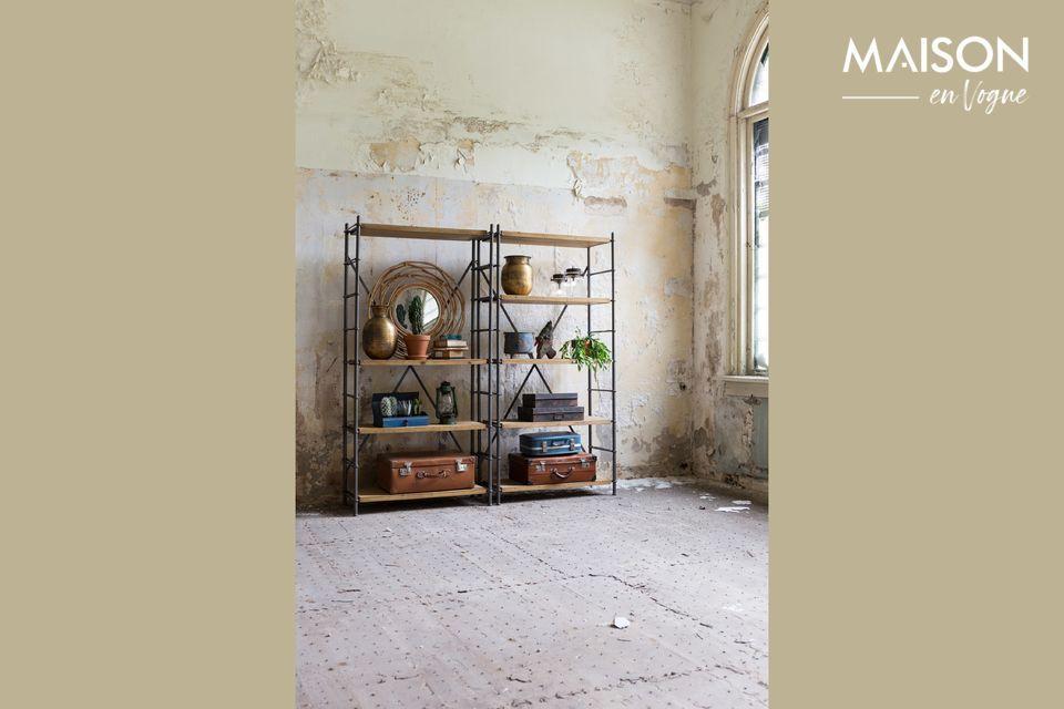 Hecho de metal con estantes de madera de abeto, este estante de hierro es extremadamente robusto